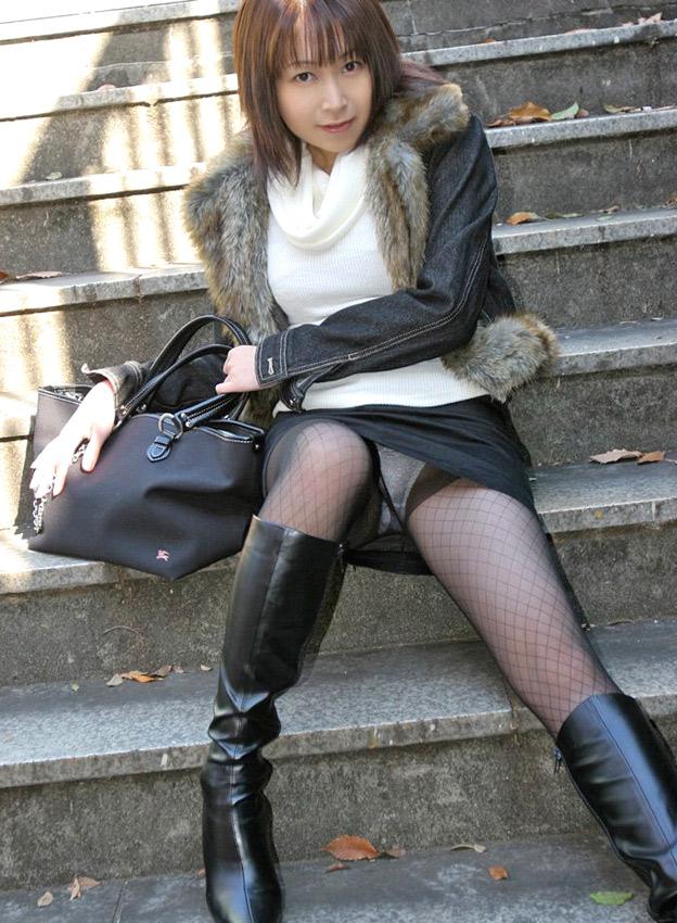 階段 座る パンチラ 段差 腰掛け エロ画像【7】