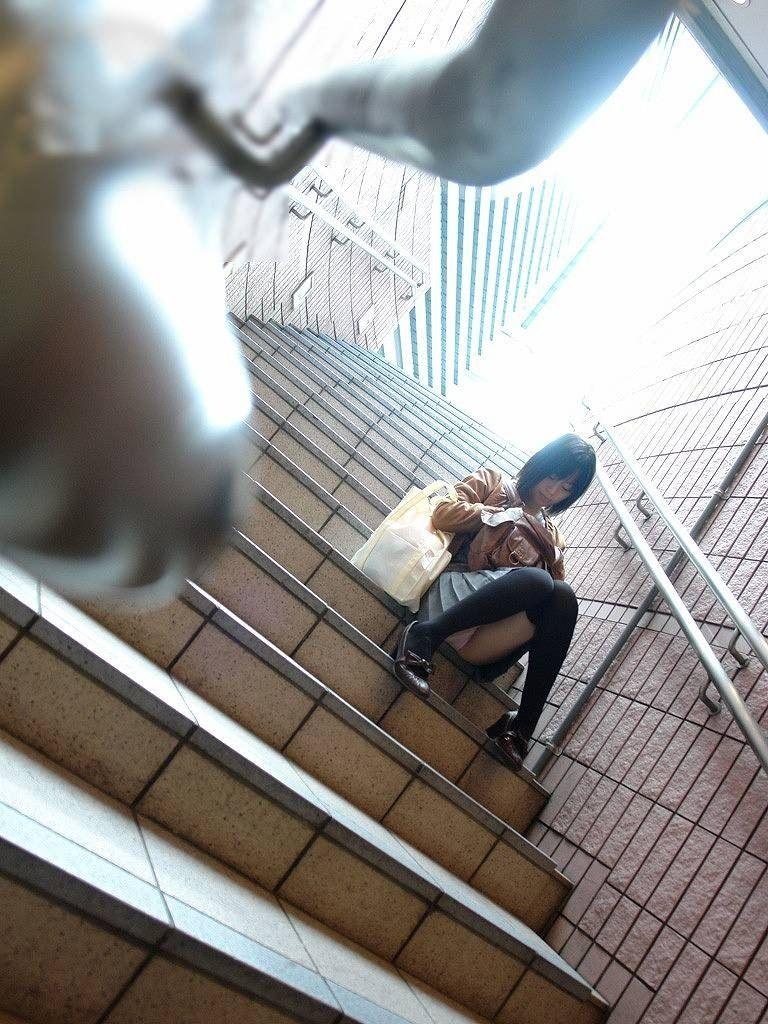 階段 座る パンチラ 段差 腰掛け エロ画像【12】
