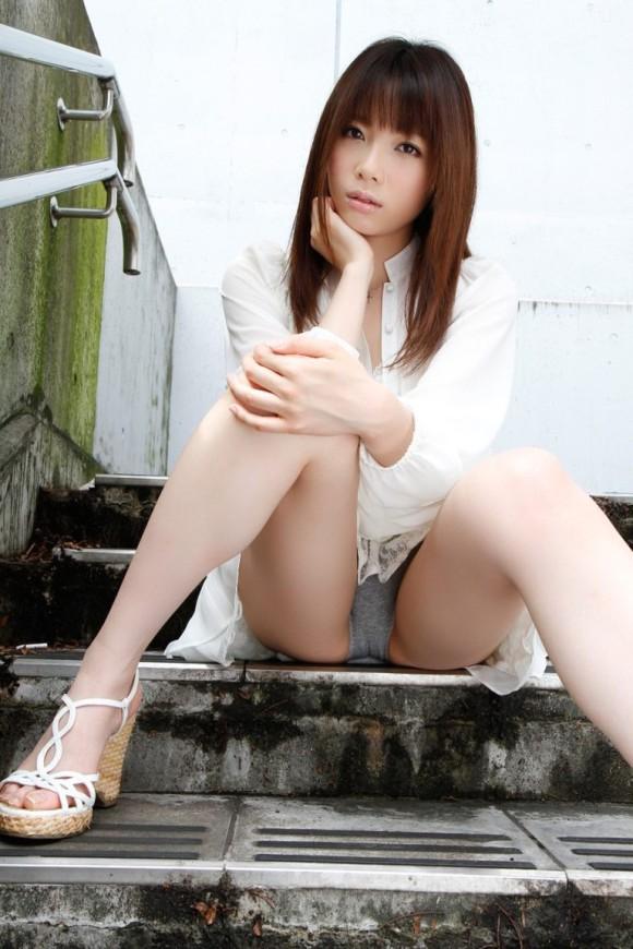 階段 座る パンチラ 段差 腰掛け エロ画像【13】