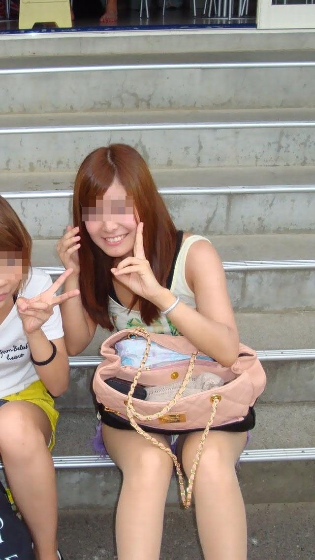 階段 座る パンチラ 段差 腰掛け エロ画像【15】