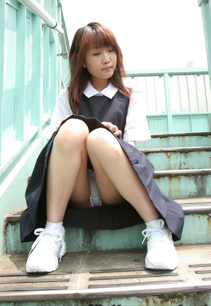 階段 座る パンチラ 段差 腰掛け エロ画像【16】