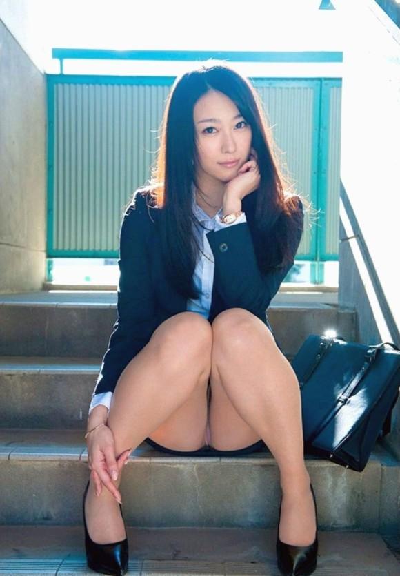 階段 座る パンチラ 段差 腰掛け エロ画像【19】