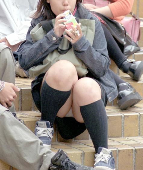 階段 座る パンチラ 段差 腰掛け エロ画像【21】
