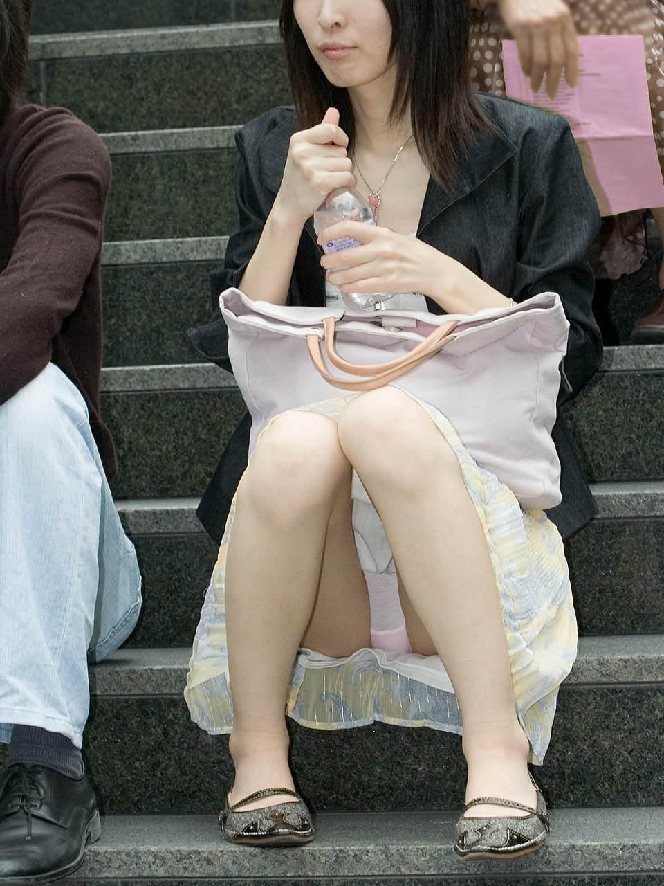 階段 座る パンチラ 段差 腰掛け エロ画像【22】