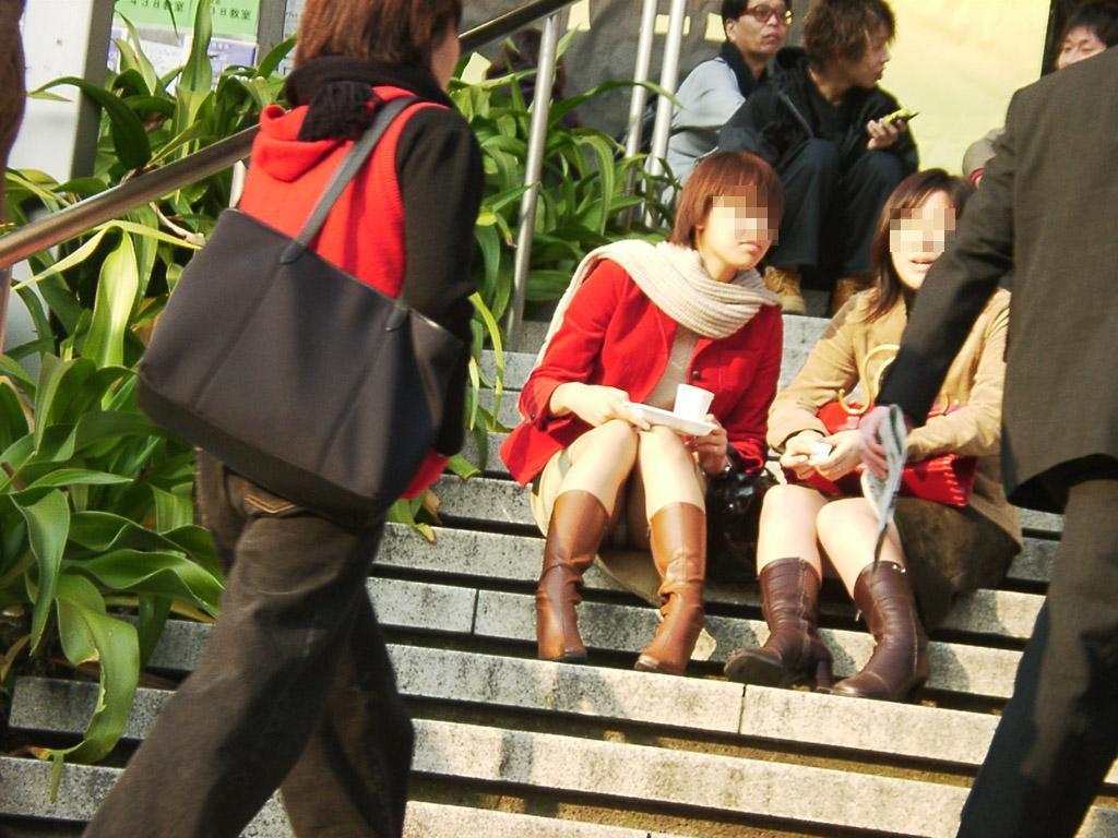階段 座る パンチラ 段差 腰掛け エロ画像【24】