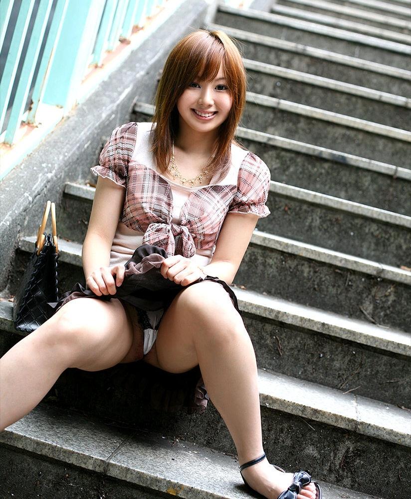 階段 座る パンチラ 段差 腰掛け エロ画像【28】