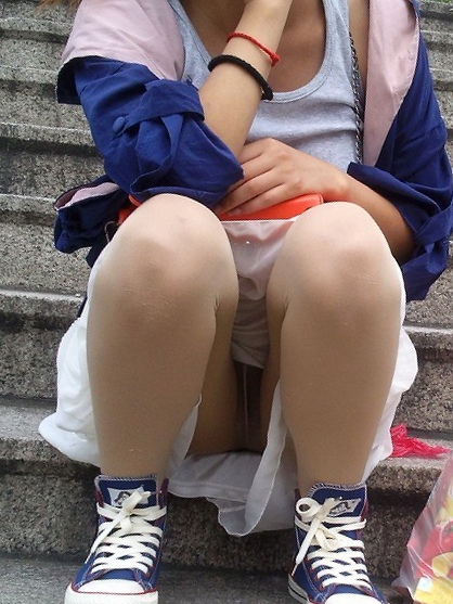 階段 座る パンチラ 段差 腰掛け エロ画像【31】
