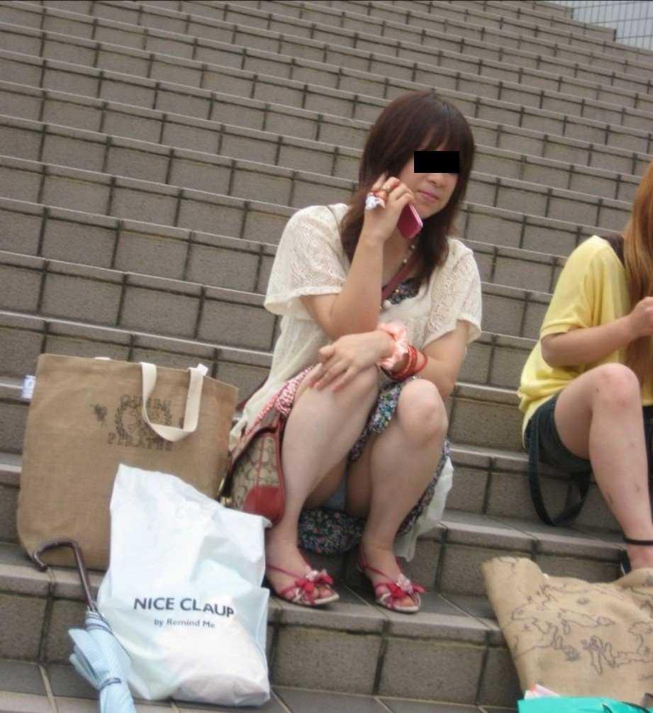 階段 座る パンチラ 段差 腰掛け エロ画像【34】