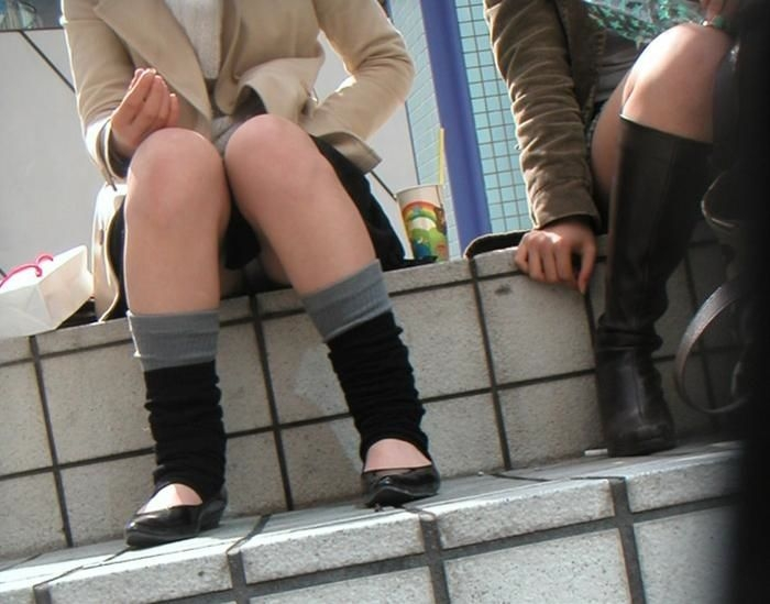 階段 座る パンチラ 段差 腰掛け エロ画像【35】