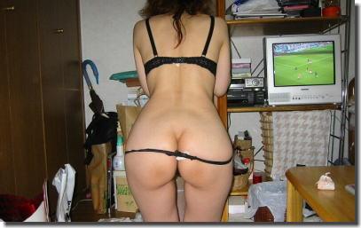 下着女性の後ろ姿を拝むセクシーな背中のエロ画像 ④