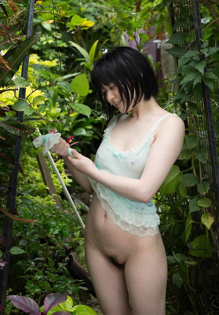 キャミソール 美女 乳首 透ける チクポチ エロ画像【1】