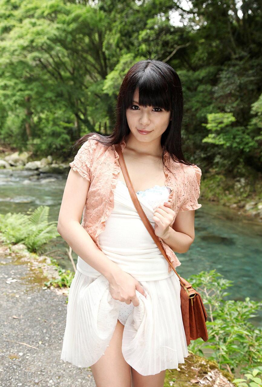 美女 パンツ チラリ スカート たくし上げ エロ画像【2】