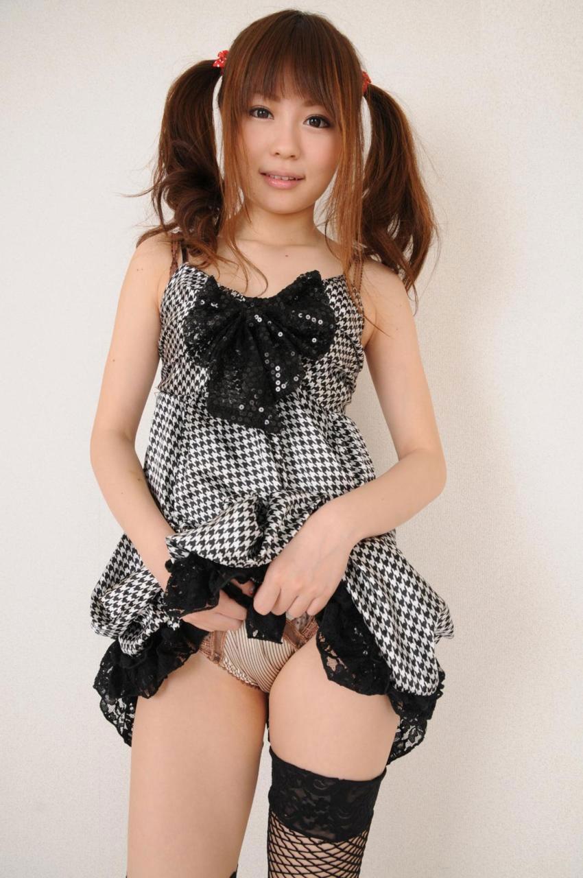 美女 パンツ チラリ スカート たくし上げ エロ画像【5】