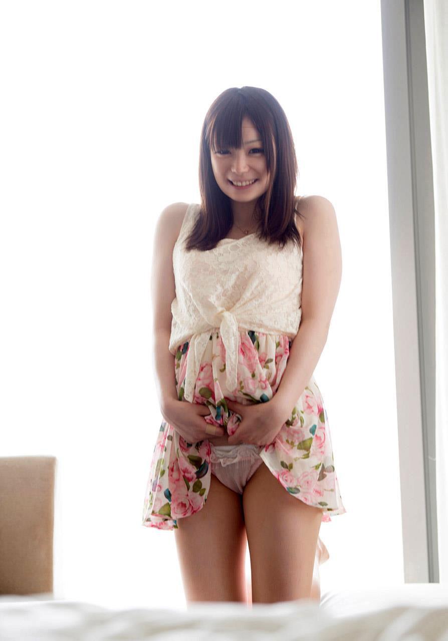 美女 パンツ チラリ スカート たくし上げ エロ画像【7】