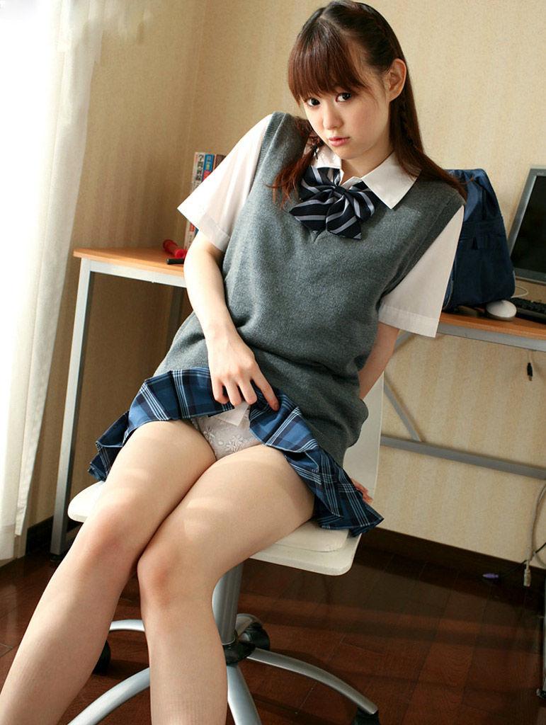 美女 パンツ チラリ スカート たくし上げ エロ画像【11】