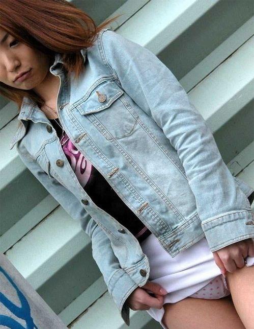 美女 パンツ チラリ スカート たくし上げ エロ画像【13】
