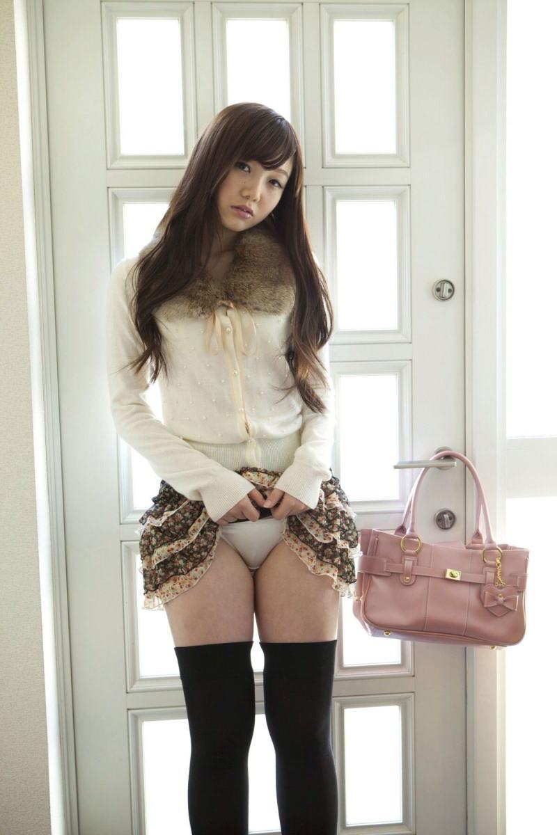 美女 パンツ チラリ スカート たくし上げ エロ画像【15】