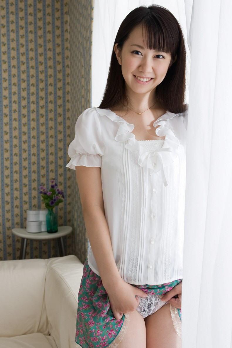 美女 パンツ チラリ スカート たくし上げ エロ画像【16】