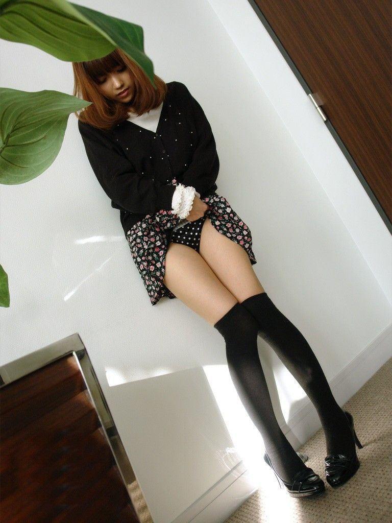 美女 パンツ チラリ スカート たくし上げ エロ画像【17】