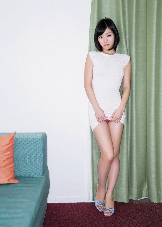 美女 パンツ チラリ スカート たくし上げ エロ画像【19】