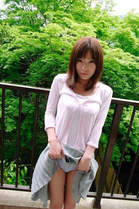 美女 パンツ チラリ スカート たくし上げ エロ画像【21】
