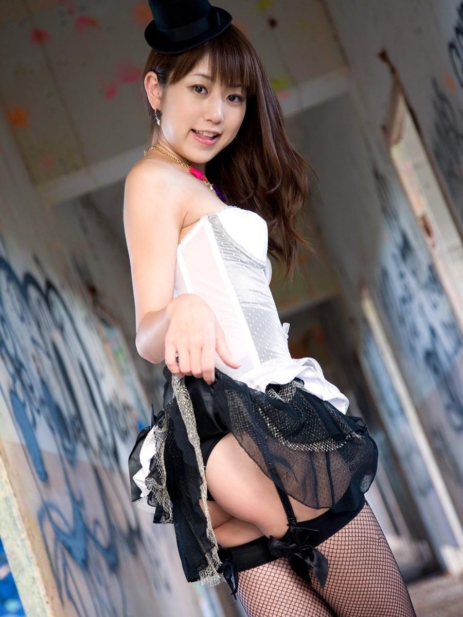 美女 パンツ チラリ スカート たくし上げ エロ画像【23】