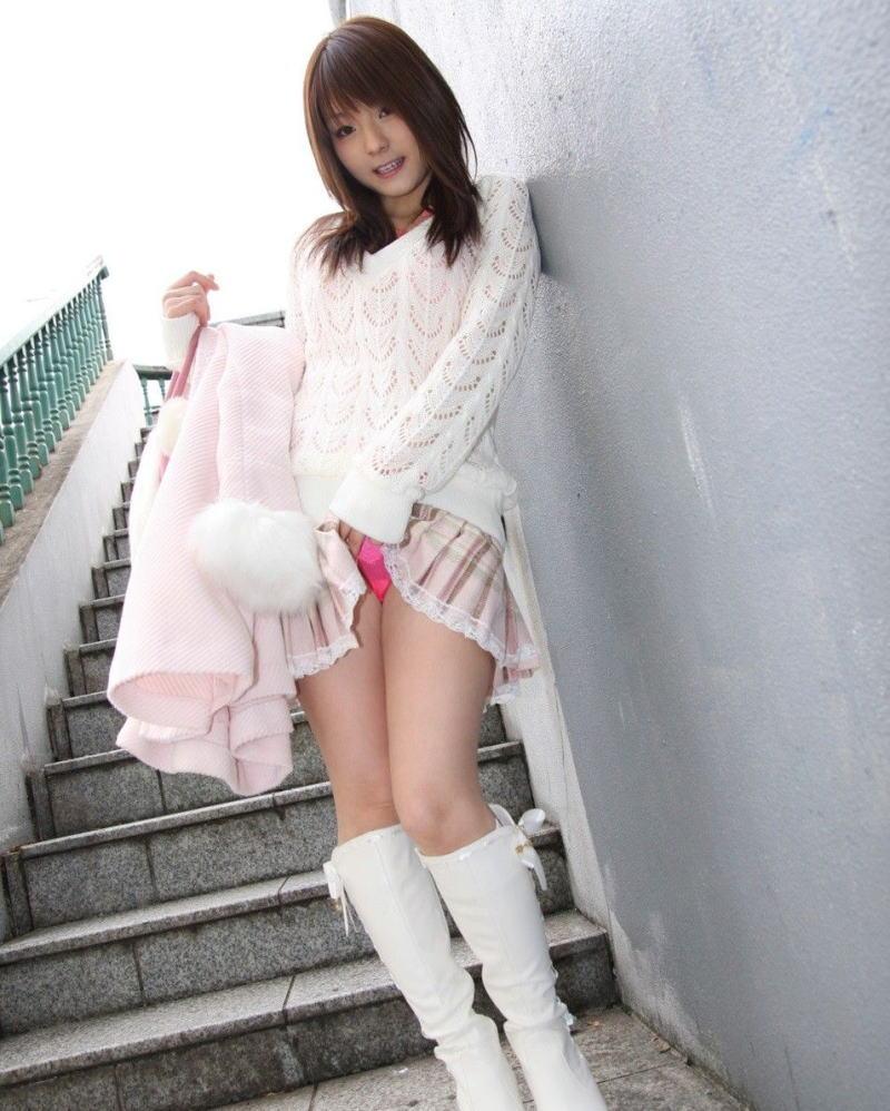 美女 パンツ チラリ スカート たくし上げ エロ画像【25】