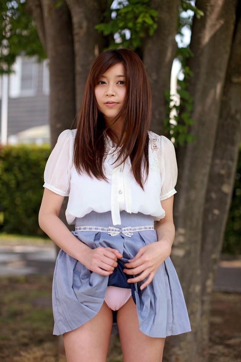 美女 パンツ チラリ スカート たくし上げ エロ画像【27】