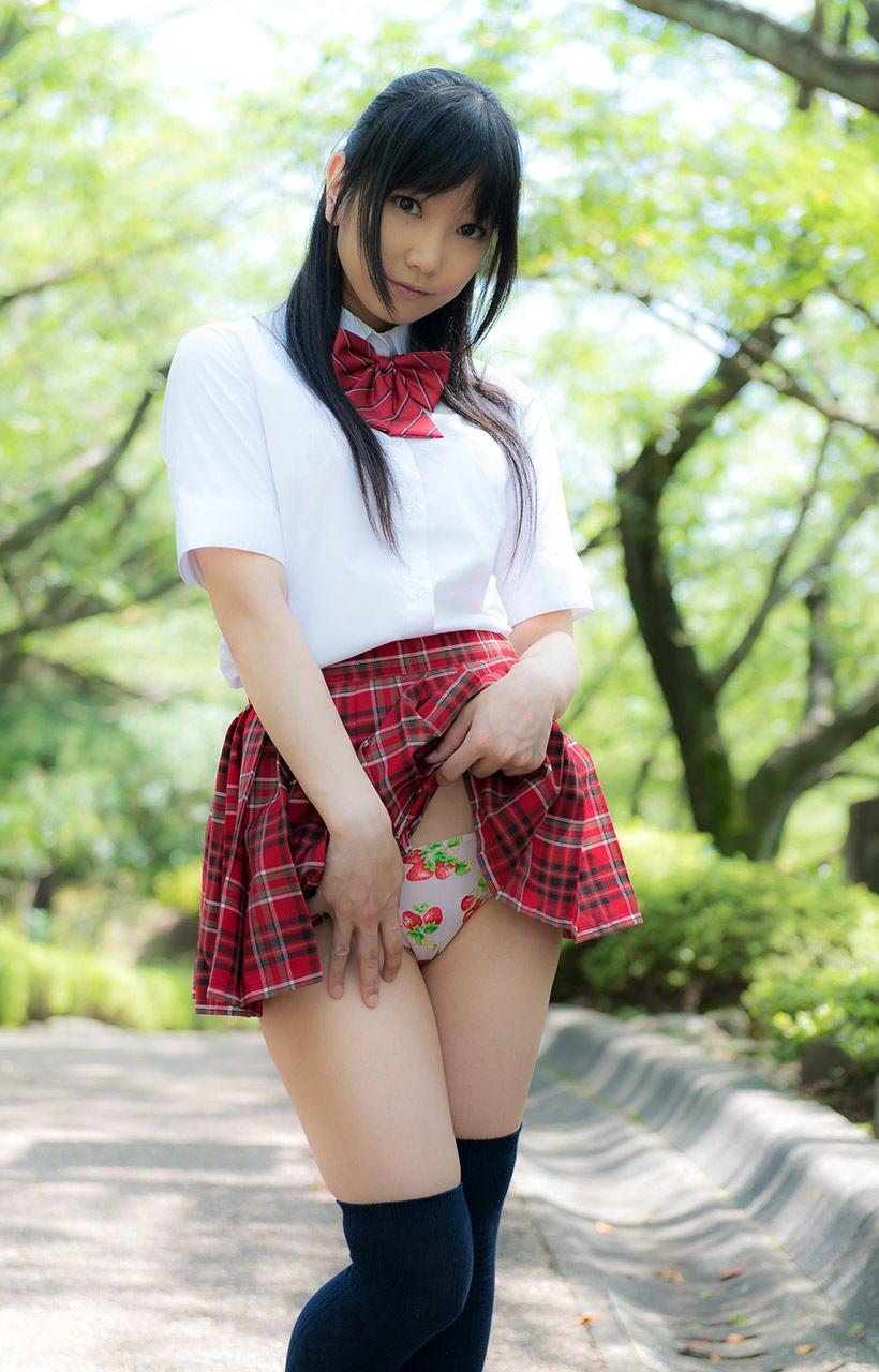 美女 パンツ チラリ スカート たくし上げ エロ画像【30】