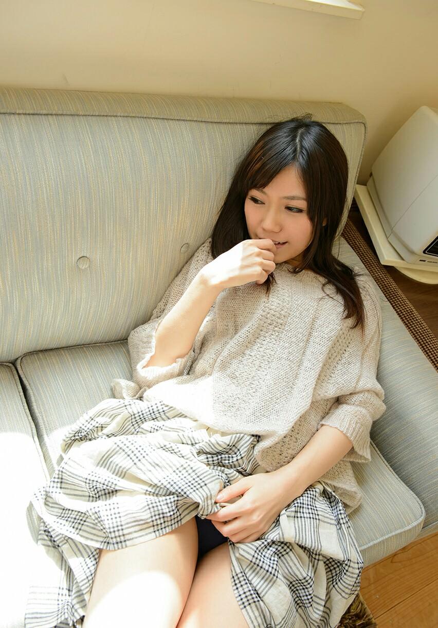美女 パンツ チラリ スカート たくし上げ エロ画像【34】