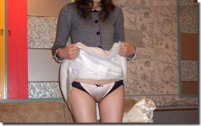 スカート捲ってパンツを見せるたくし上げギャルのエロ画像 ①