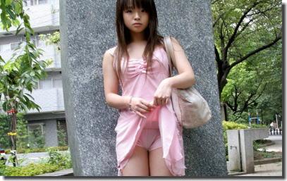 スカート捲ってパンツを見せるたくし上げギャルのエロ画像 ②