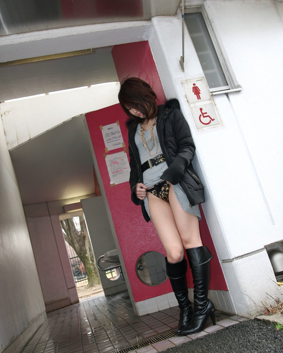 スカート 捲る パンツ たくし上げ ギャル エロ画像【11】