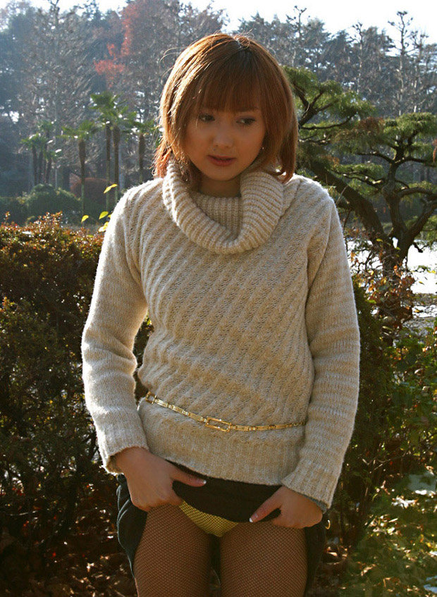 スカート 捲る パンツ たくし上げ ギャル エロ画像【25】