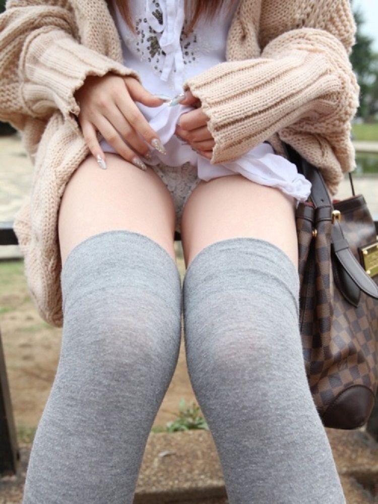 スカート 捲る パンツ たくし上げ ギャル エロ画像【27】