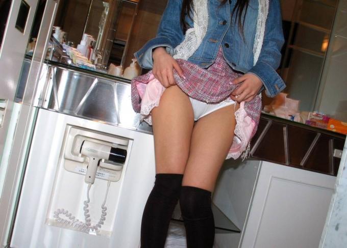 スカート 捲る パンツ たくし上げ ギャル エロ画像【32】