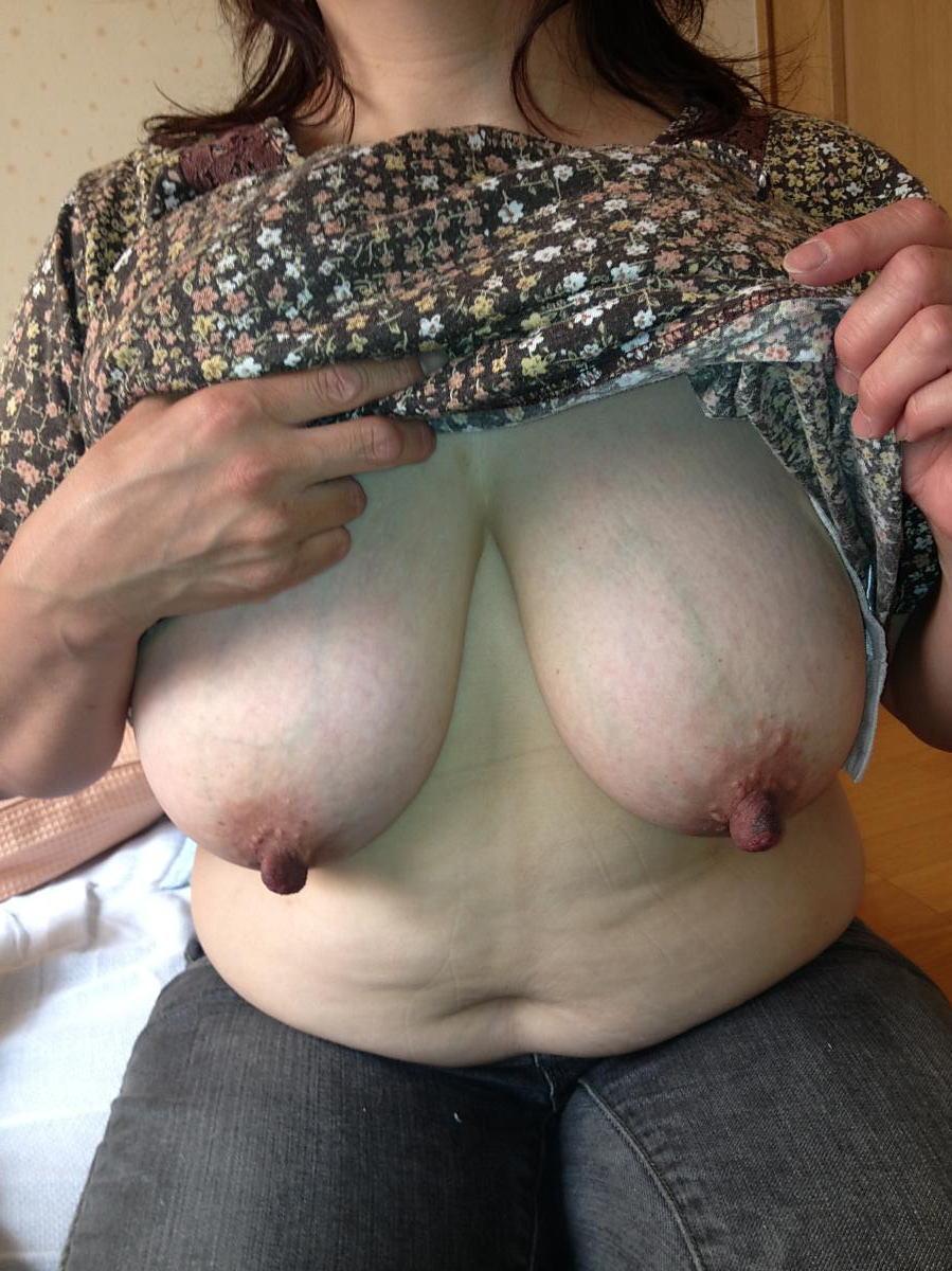 おばさん おっぱい 熟女 人妻 たくし上げ ポロリ エロ画像【16】
