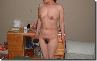 熟女の直立ヌード!おばさんに全裸で気をつけさせたエロ画像 ①