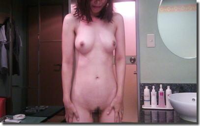 熟女の直立ヌード!おばさんに全裸で気をつけさせたエロ画像 ②