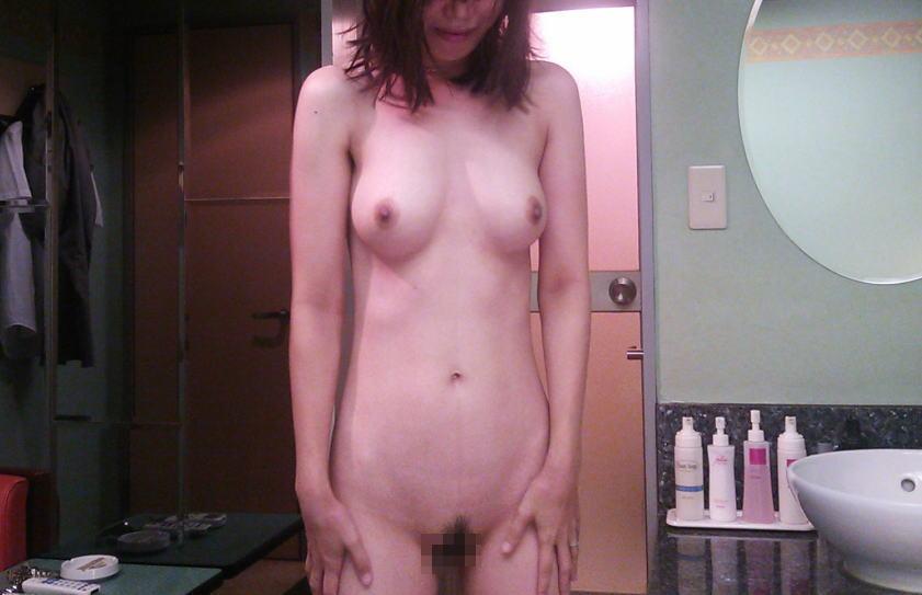 熟女 直立 ヌード おばさん 全裸 気をつけ エロ画像【23】