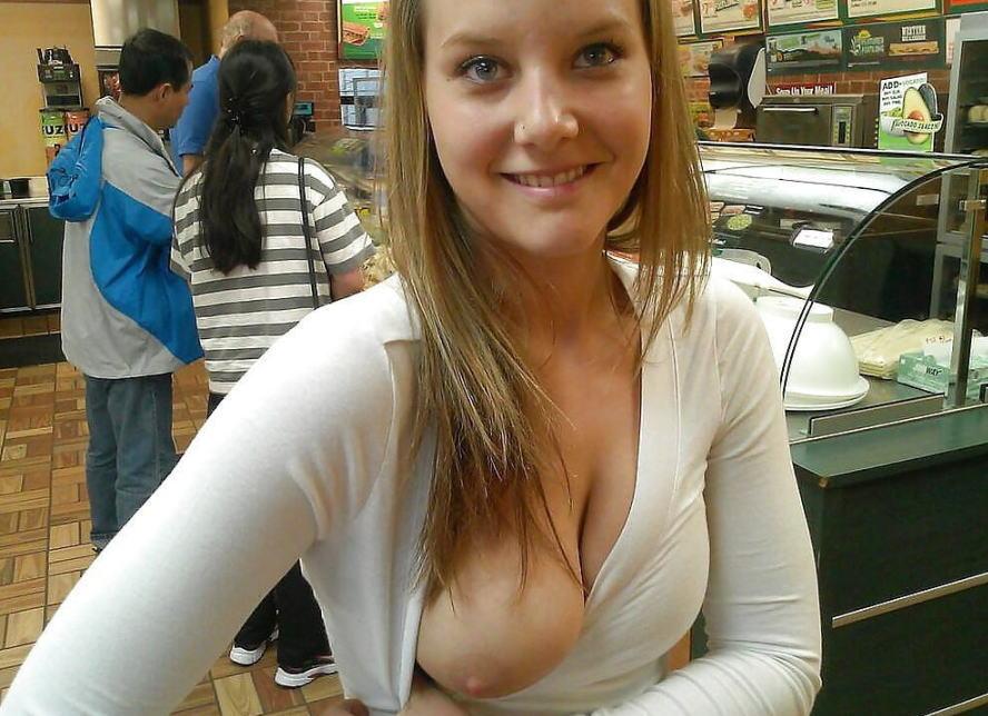 外国人 片乳 ポロリ おっぱい 一つ エロ画像
