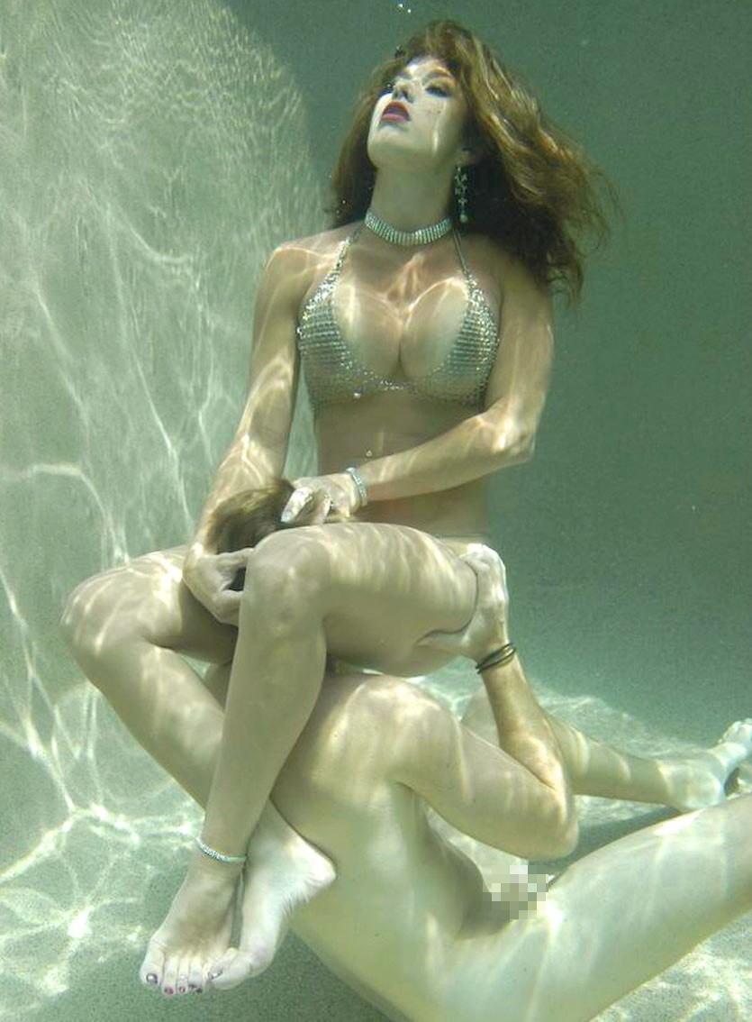 水中 クンニ プール 海 マンコ 舐める エロ画像【5】