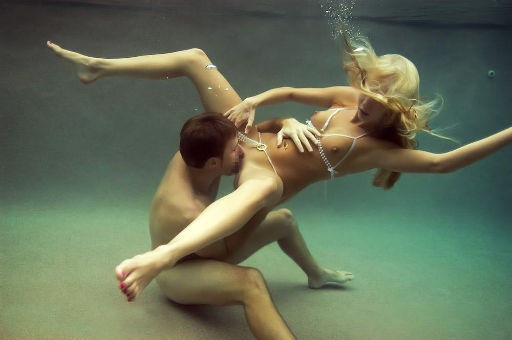 水中 クンニ プール 海 マンコ 舐める エロ画像【12】