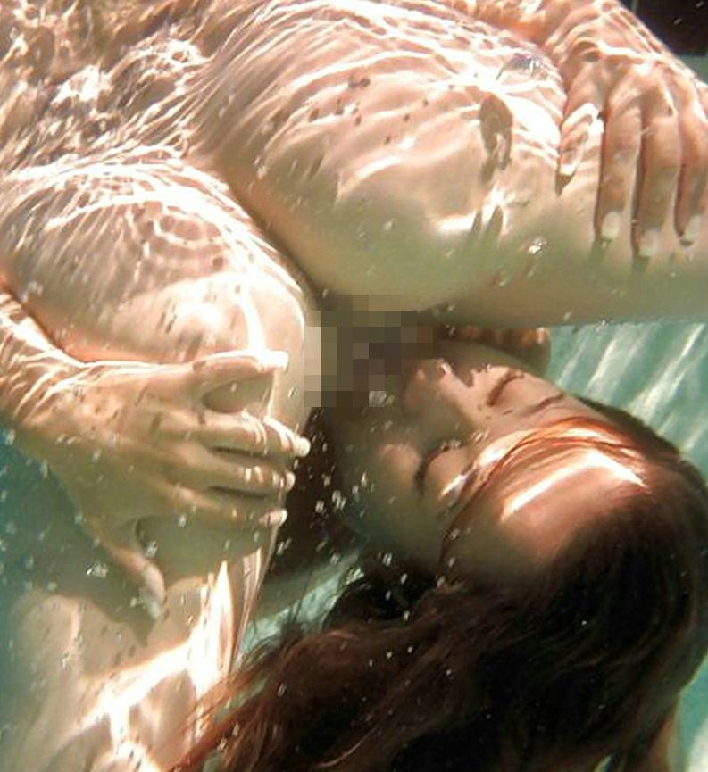 水中 クンニ プール 海 マンコ 舐める エロ画像【17】
