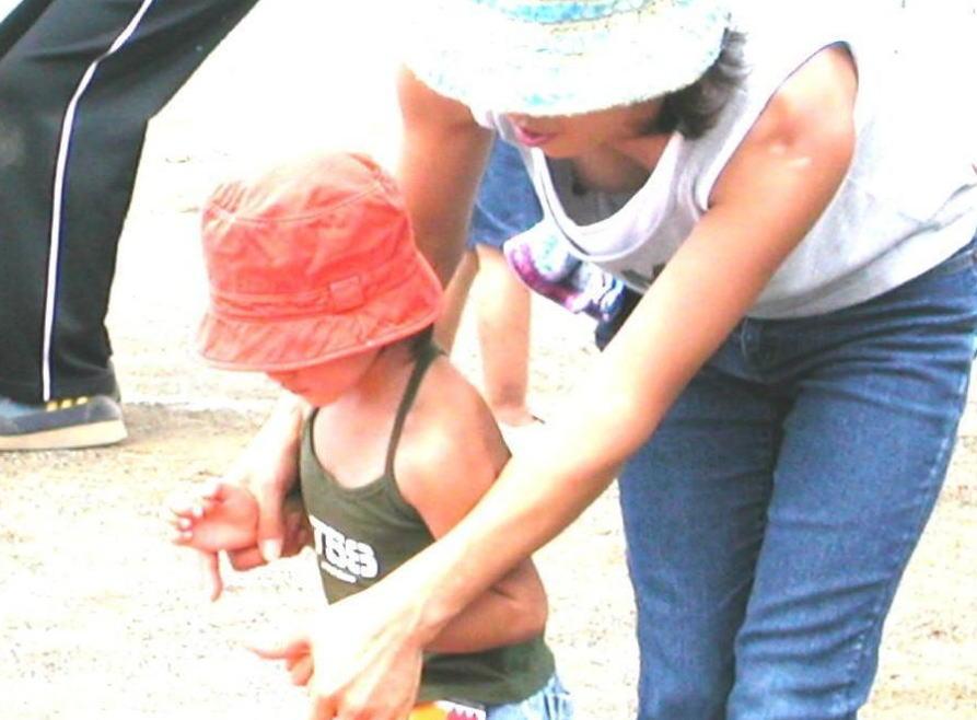 子連れ ママ 胸チラ 街撮り 公園撮り エロ画像