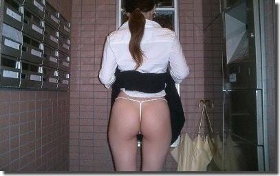 お尻アングルで捲るスカートたくし上げのエロ画像 ③