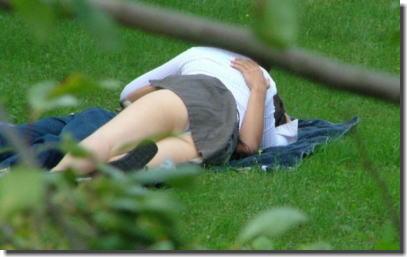 公園・芝生にパンツが溢れる休日のパンチラエロ画像 ②
