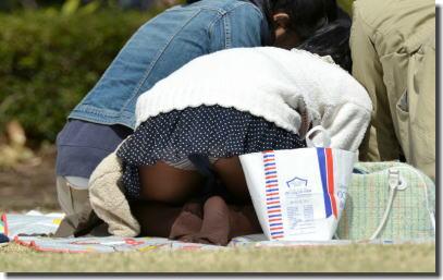 公園・芝生にパンツが溢れる休日のパンチラエロ画像 ③