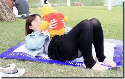 公園・芝生にパンツが溢れる休日のパンチラエロ画像 ④