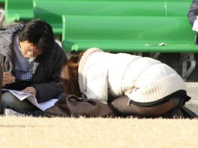 公園 芝生 パンツ 休日 パンチラ エロ画像【8】